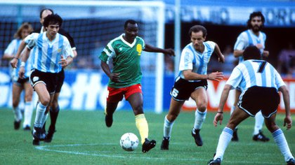 Roger Milla and his unforgettable performance in the 90 World Cup. In this postcard, against the Argentine team, in the debut that was a triumph for the Africans (Colorsport / Shutterstock)