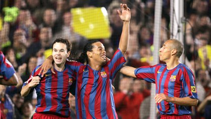 Larsson celebrates with Iniesta and Ronaldinho at Barcelona (Grosby)